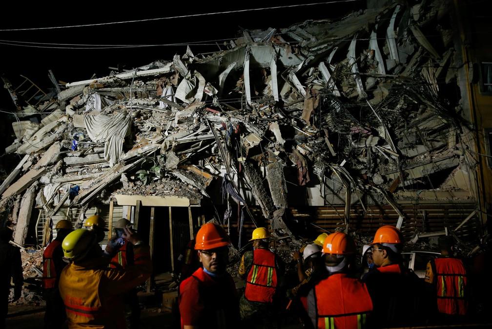 Equipes de resgate trabalham em prédio que desabou após terremoto no México (Foto: Henry Romero/Reuters)
