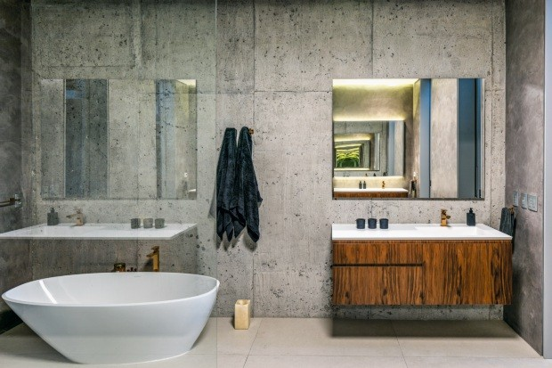 O concreto impermeabilizado é a sensação nas paredes do banheiro da suíte desta casa em Itajaí, SC (Foto: Leonardo Finotti)