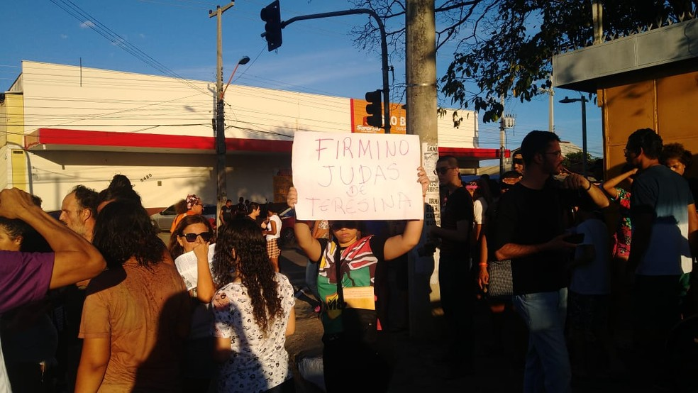 Manifestantes fizeram protesto durante evento do aniversário de Teresina — Foto: Rafaela Leal/G1