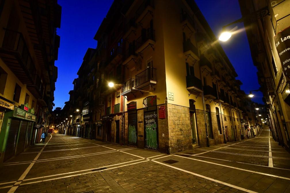 Rua em Pamplona, norte da Espanha, vazia em razão da quarentena  — Foto: Alvaro Barrientos/AP Photo