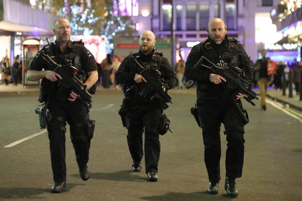 Policiais armados respondem a incidente na região central de Londres (Foto: Daniel Leal-Olivas/APF)
