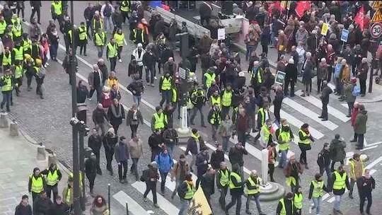 Coletes amarelos entram em confronto com a polícia