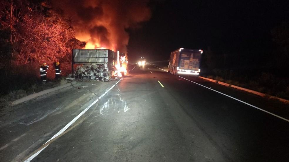 Incêndio destruiu veículo e carga de micro-ondas — Foto: Divulgação/PRF