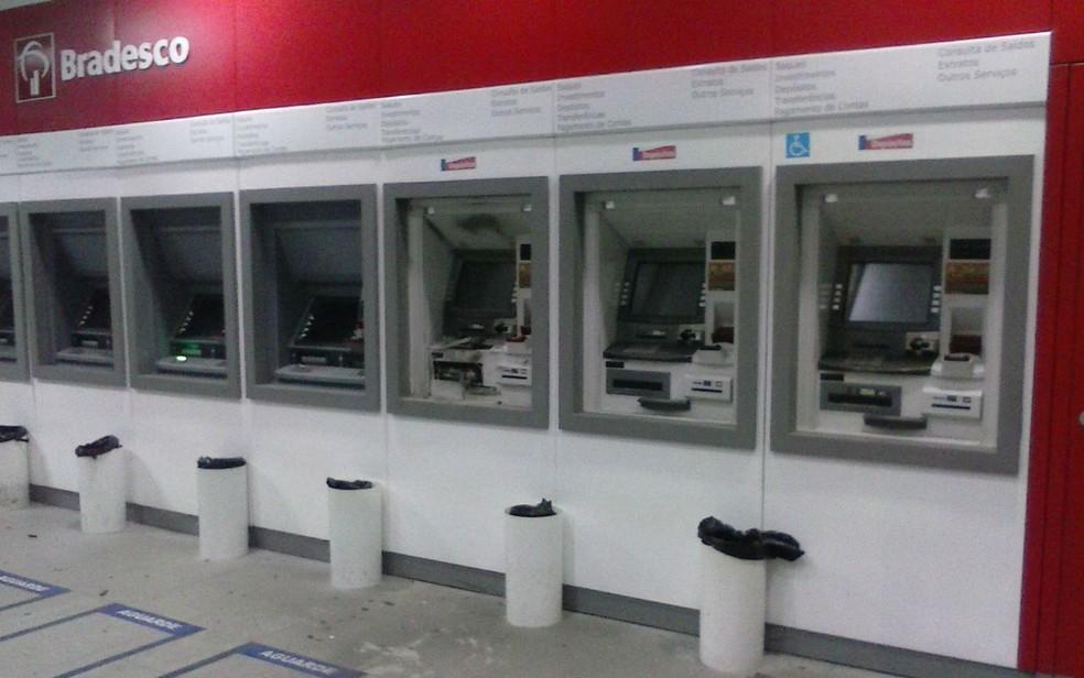 Banco foi invadido e caixa foi explodido (Foto: Divulgação/Polícia Militar)