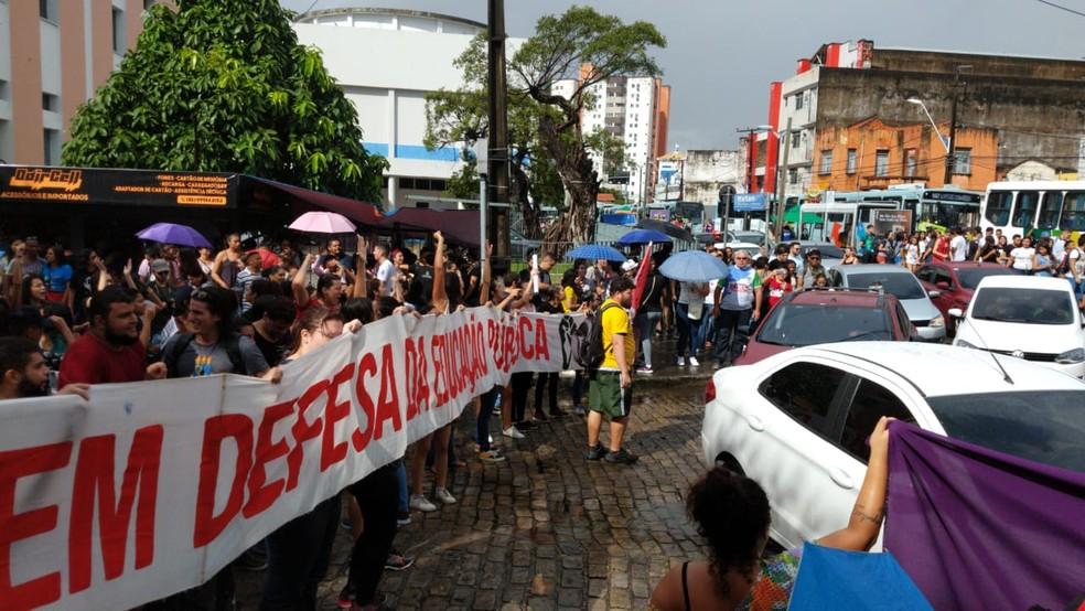 Estudantes realizam manifestação no Centro de Fortaleza — Foto: Nicolas Paulino/SVM