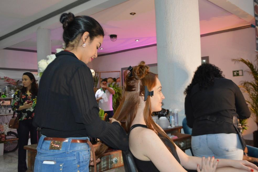 Estandes de maquiagem para noivas e debutantes estão no local (Foto: Lívia Costa/Ge)