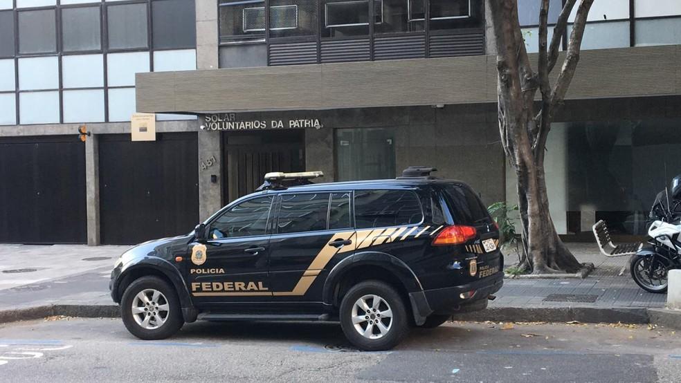Agentes da PF cumprem mandado na operação Lava Jato em endereço Botafogo, na Zona Sul do Rio — Foto: Narayanna Borges / GloboNews