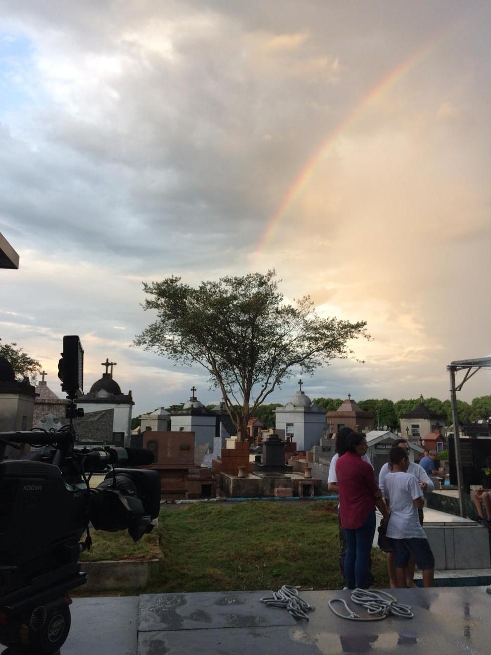 Depois da chuva, um arco-íris marcou o céu sobre o cemitério em Suzano, onde os corpos de cinco vítimas são enterrados nesta quinta (14). — Foto: Philipe Guedes/TV Globo