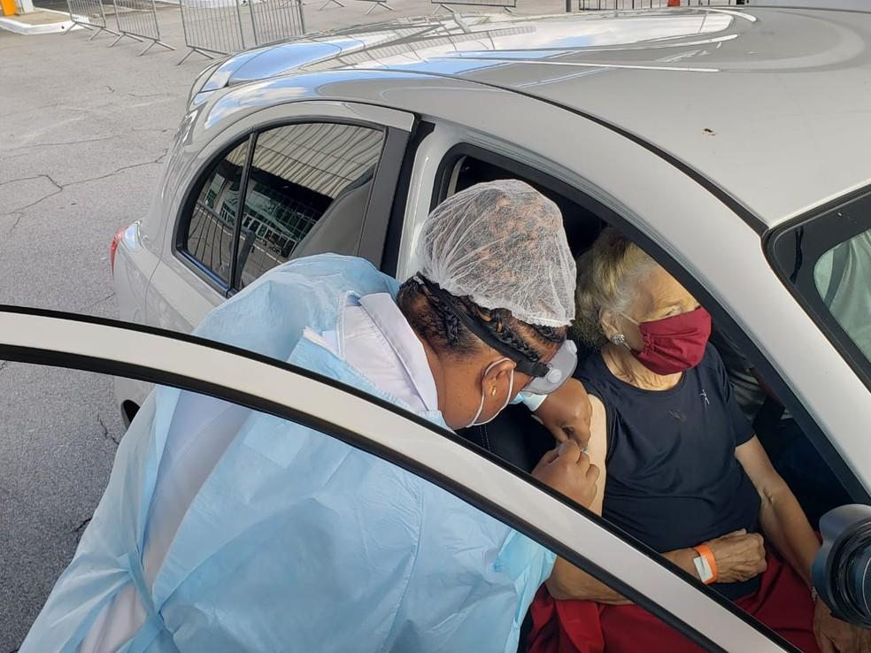 Vacinação em sistema drive-thru no sambódromo do Anhembi, na Zona Norte de SP — Foto: Tatiana Santiago/G1