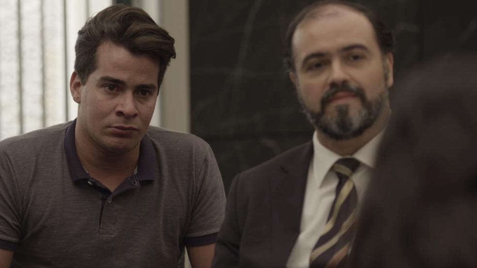 Julio fica tenso com as acusações (Foto: TV Globo)