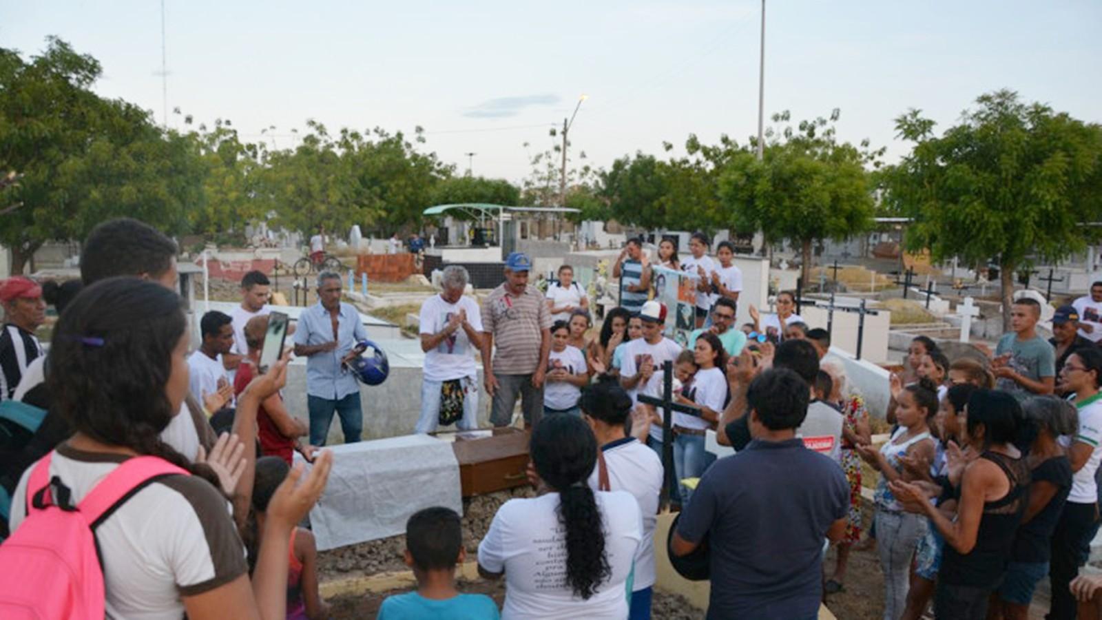 Família enterra jovem após espera de  mais de um ano pela liberação do corpo na Paraíba - Radio Evangelho Gospel