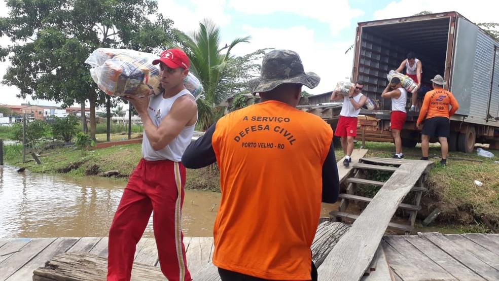 Defesa Civil de Porto Velho embarcou 200 cestas básicas para famílias atingidas pela cheia em Nazaré.  — Foto: Pedro Bentes/G1
