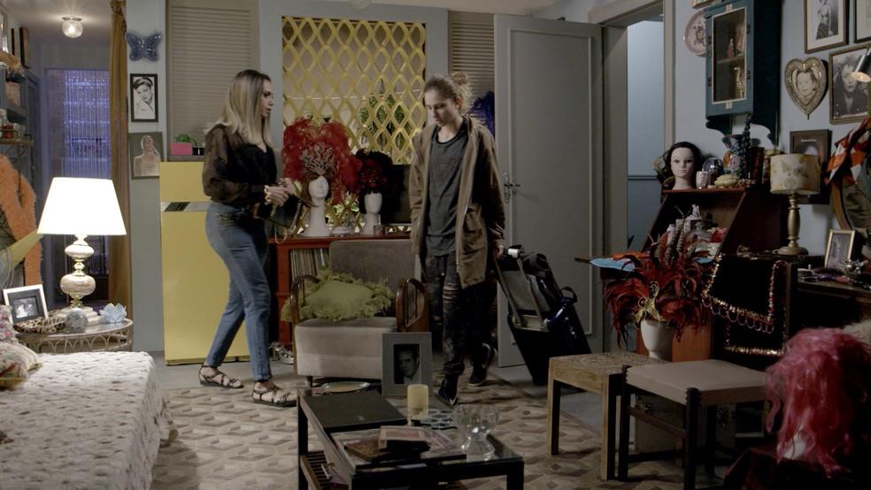 Ivana pede para ficar alguns dias na casa de Nonato — Foto: TV Globo