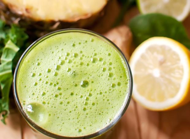 Receita De Suco Detox Com água De Coco Limão Abacaxi E Couve Casa E Jardim Receitas