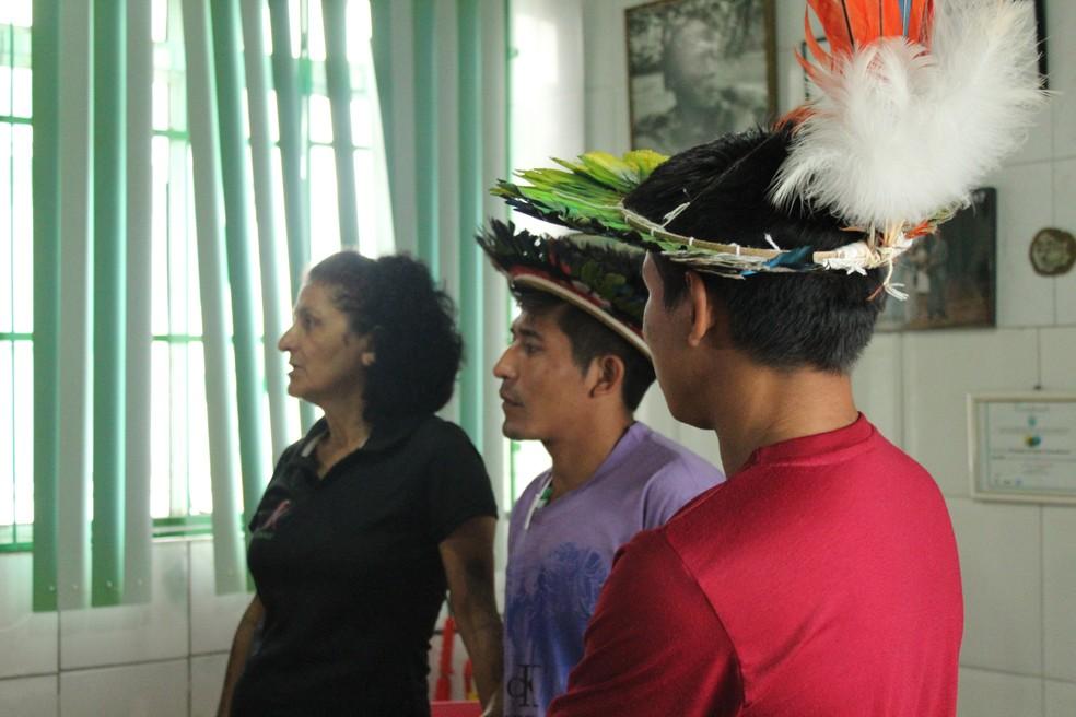 A ambientalista Ivaneide Bandeira e representantes do povo Ure-eu-wau-wau, em Porto Velho.  — Foto: Pedro Bentes/G1