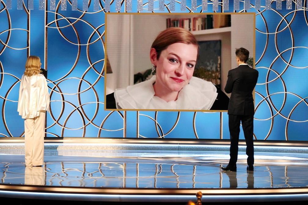 Emma Corrin recebe Globo de Ouro de melhor atriz pela série 'The Crown' — Foto: Christopher Polk/NBC Handout via Reuters