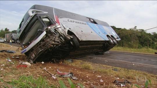 Acidente com ônibus e dois carros na BR-373, em Candói, deixa nove mortos