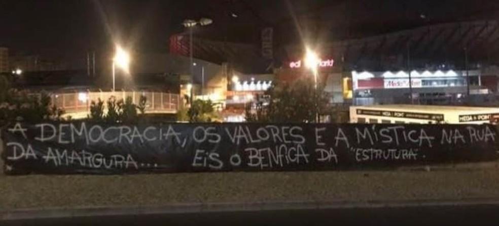 Faixa contra Jorge Jesus nas imediações do estádio da Luz, em Lisboa — Foto: O JOGO