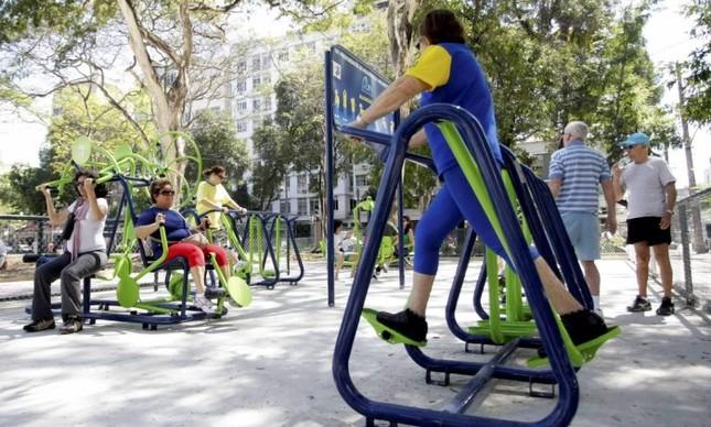 Idosos se exercitam em academias instaladas em praças públicas da cidade