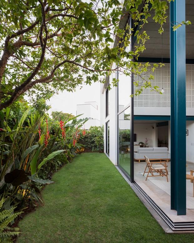 Estruturas metálicas e lajes pré-fabricadas definem casa em SP (Foto: Manuel Sá)