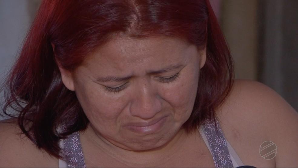 Geovania chora e diz que família não têm condições financeiras de custear tratamento (Foto: TVCA/Reprodução)