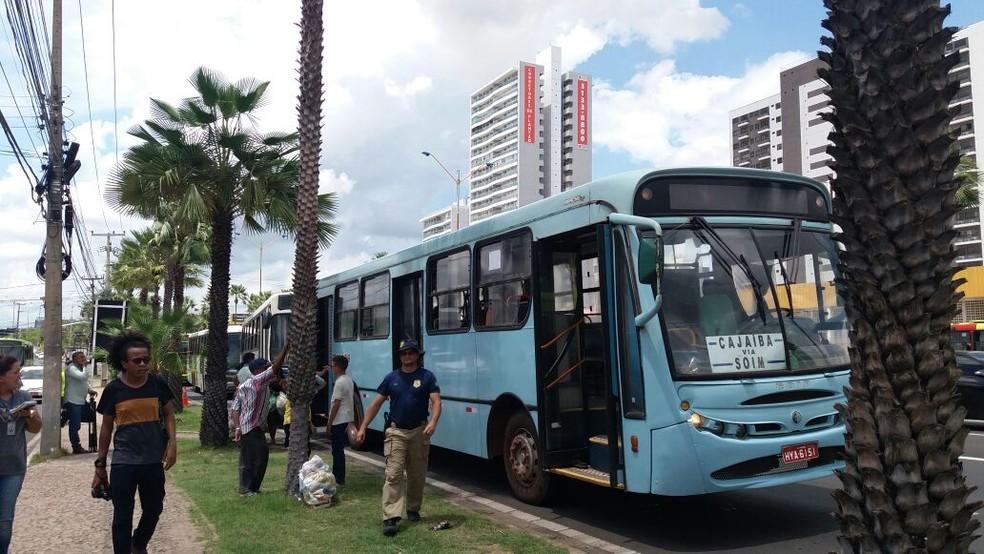 PRF tem feito fiscalização de rotina a veículos que fazem transporte de passageiros (Foto: José Marcelo/G1)
