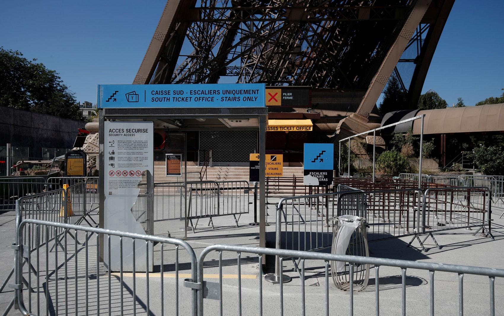 Segundo dia de greve na Torre Eiffel frustra turistas desavisados