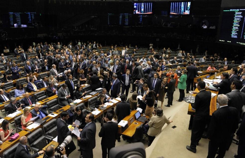Deputados e senadores reunidos no plenário do Congresso durante a sessão desta quarta (12) — Foto: Jonas Pereira/Agência Senado