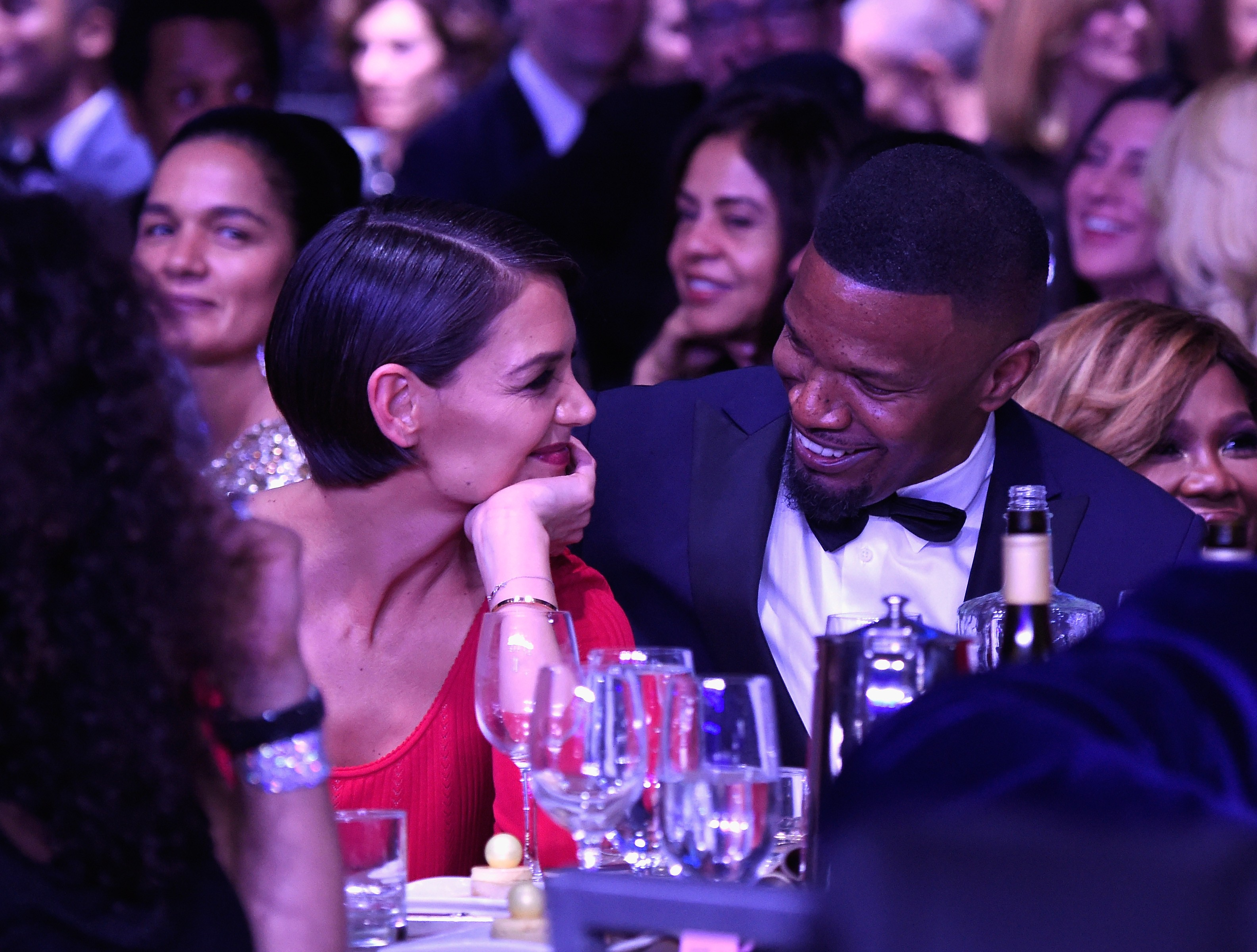 Katie Holmes e Jamie Foxx trocam olhares apaixonados em festa pré-Grammy (Foto: Getty Images)