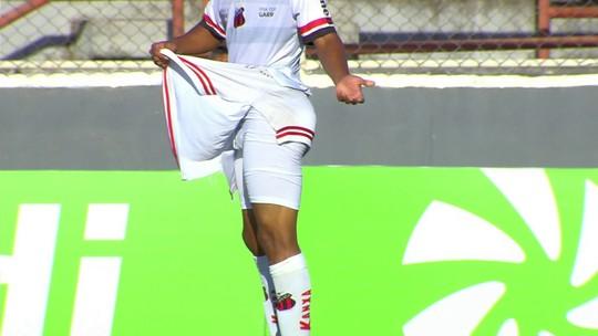 Que desagradável! Jogador do Ituano tem calção rasgado e é obrigado a trocar uniforme