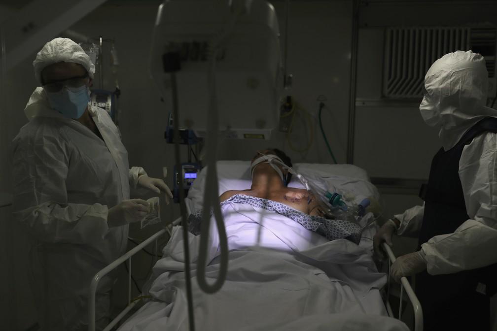 12 de maio - Paciente internado em Guarulhos, na Grande São Paulo, durante pandemia de coronavírus — Foto: Amanda Perobelli/Reuters