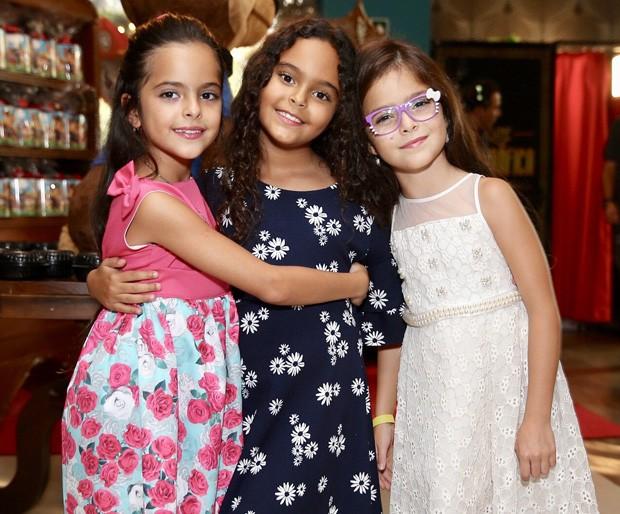 Maria Eduarda, filha de Denilson e Luciele, com as gêmeas Helena e Isabella, filhas de Luciano e Flávia (Foto: Manuela Scarpa/Brazil News)