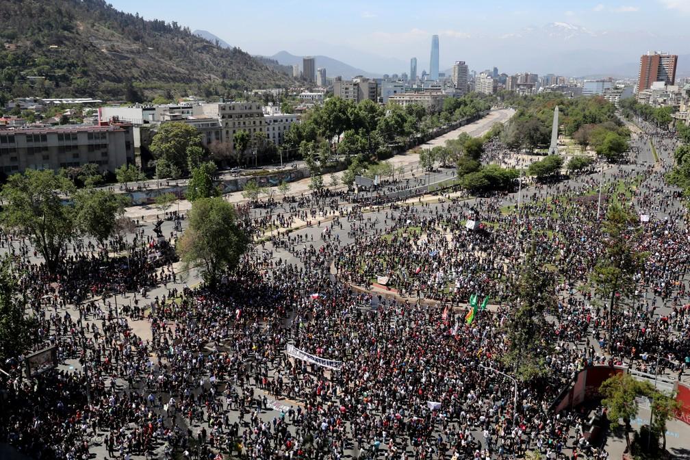 Manifestantes ocupam a Praça Baquedano, em Santiago, no Chile, nesta segunda-feira (21) — Foto: Ivan Alvarado/Reuters