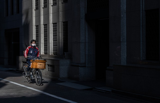 TOKYO, JAPAN - MARCH 12: A newspaper delivery girl wears a face mask as she rides her bike on March 12, 2020 in Tokyo, Japan. Excluding the Diamond Princess cruise ship cases, the number of coronavirus infections in Japan reached 627 today as the World He (Foto: Getty Images)