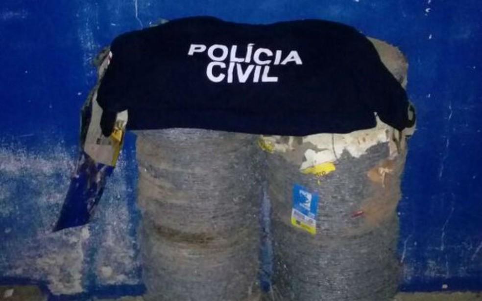 Comparsa enterrou bolas de arame a pedido do suspeito do crime na Bahia (Foto: Divulgação/Polícia Civil)