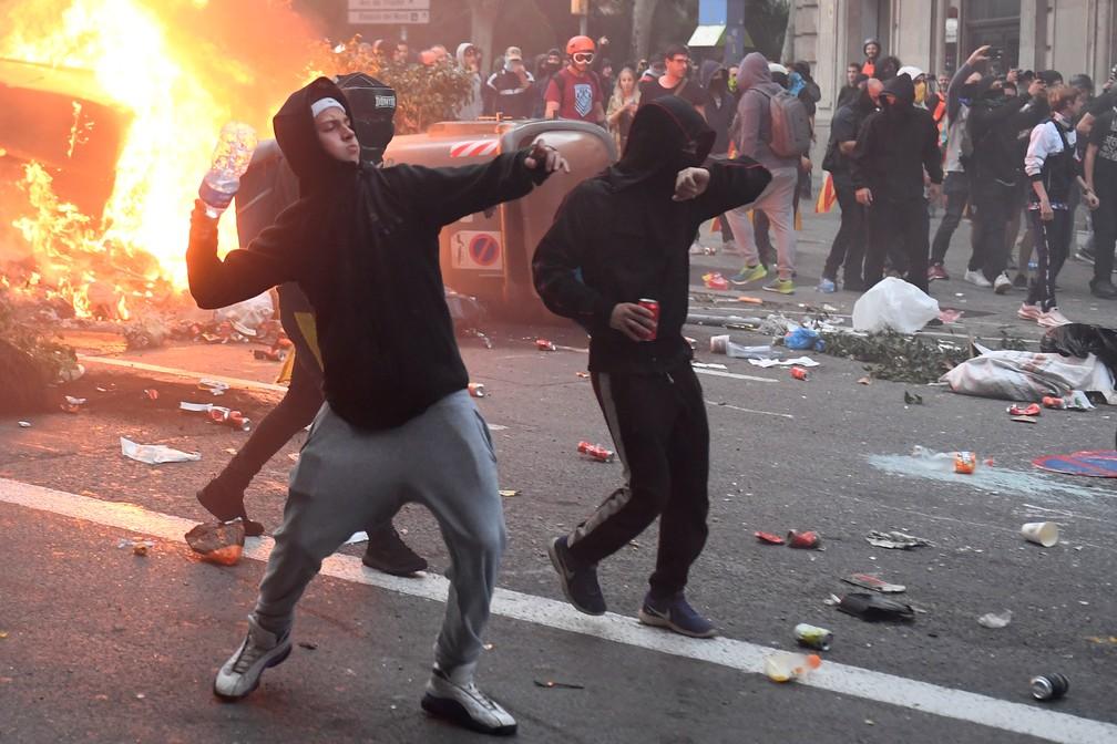 Manifestantes atiram objetos em protestos em Barcelona — Foto: Josep Lago/AFP