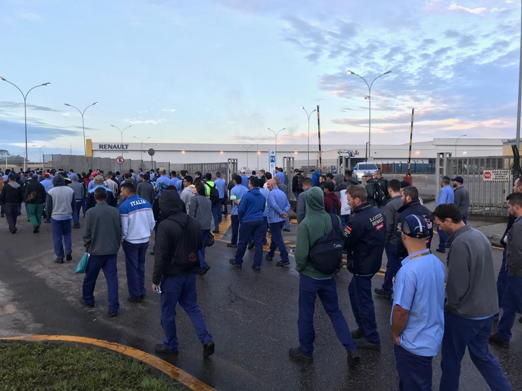 Metalúrgicos protestam em São José dos Pinhais contra fim da aposentadoria