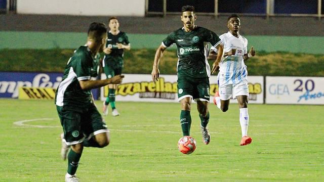 Geovane conduz a bola em Anápolis; Goiás sofre, mas vence no fim