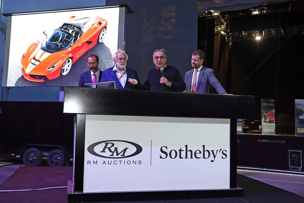Presidente da Ferrari (ao centro), Sergio Marchionne discursa antes de leilão da LaFerrari Aperta (Foto: Divulgação)