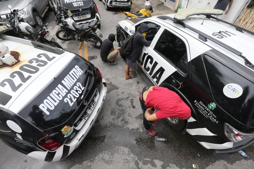 Homens encapuzados furam pneus de carros da polícia em Fortaleza — Foto: José Leomar/SVM