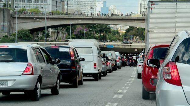 BBC - São Paulo trocou chaminés grandes por pequenas chaminés móveis, que são os veículos, diz médico (Foto: Getty Images via BBC News)