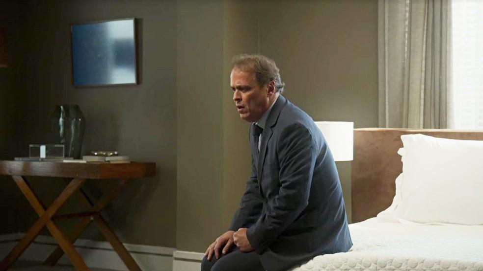 Norberto (Guilherme Fontes) fica em choque ao ver que Valéria (Bia Arantes) o deixou  — Foto: Globo