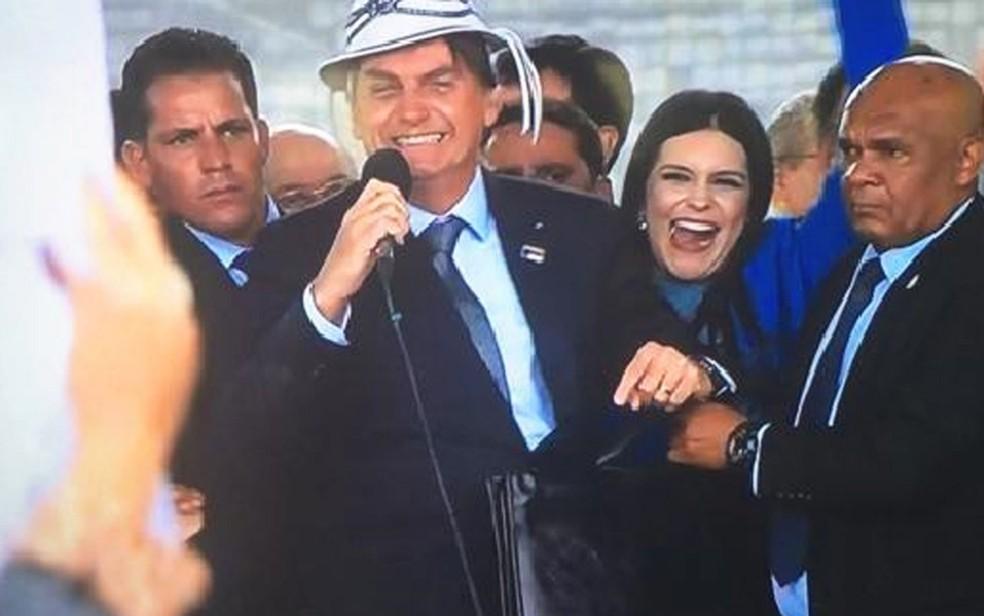 Bolsonaro veste chapéu de vaqueiro durante evento em Vitória da Conquista, na Bahia — Foto: Reprodução/TV Bahia