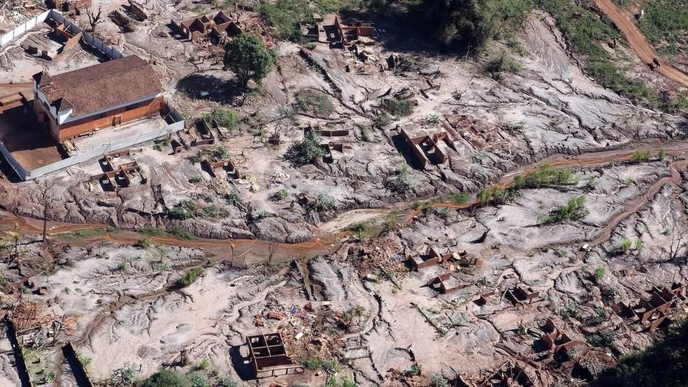 Lama com rejeito percorreu mais de 600 km; na imagem acima, Gesteira, distrito rural de Barra Longa soterrado pela avalanche (Foto: Felipe Werneck/Ascom/Ibama)