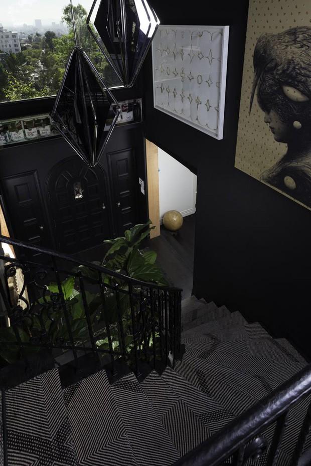 Escada da casa do cantor Usher (Foto: Reprodução)