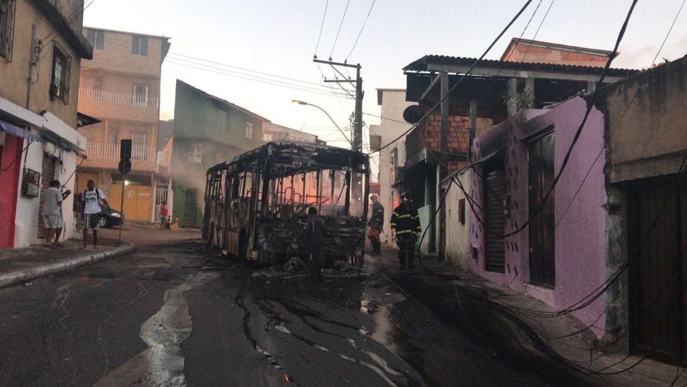 Nibus incendiado no bairro de santa cruz em protesto for A ultima porta jejum coletivo