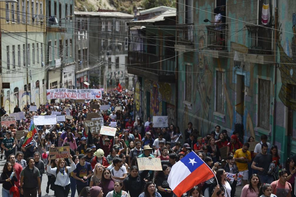 Manifestantes protestam em Valparaíso, no Chile, neste sábado (26) — Foto: Matias Delacroix/AP Photo