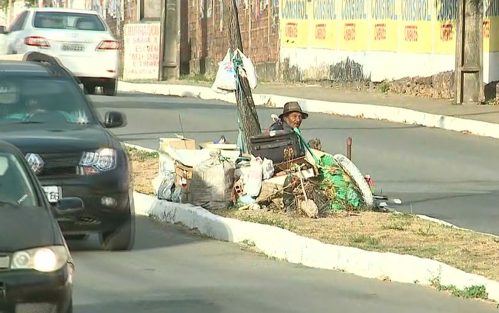Canteiro onde o idoso se encontra está cheio de objetos — Foto: Reprodução/TV Mirante