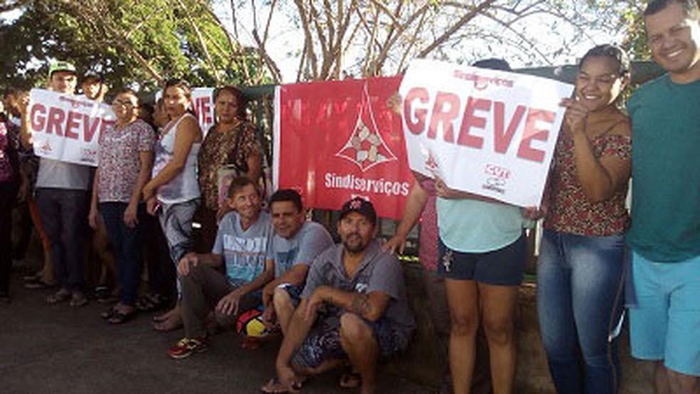 Faxineiros do Hospital Regional de Ceilândia, no Distrito Federal, seguram cartazes indicando greve (Foto: Sindiserviços/Divulgação)