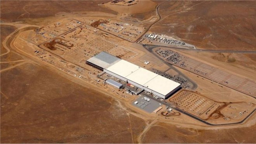 Fábrica da Tesla no deserto, em Nevada, nos Estados Unidos — Foto: BBC